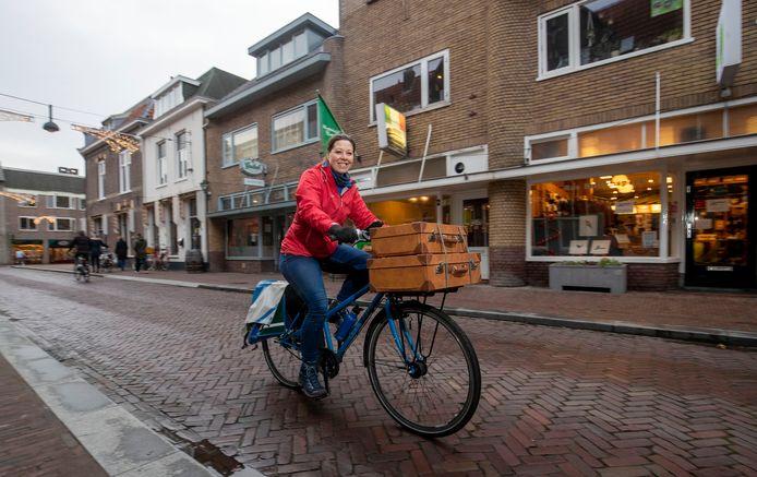 Ilonne Bongers van Bas Buitensport brengt bestelde artikelen per fiets naar de klant.