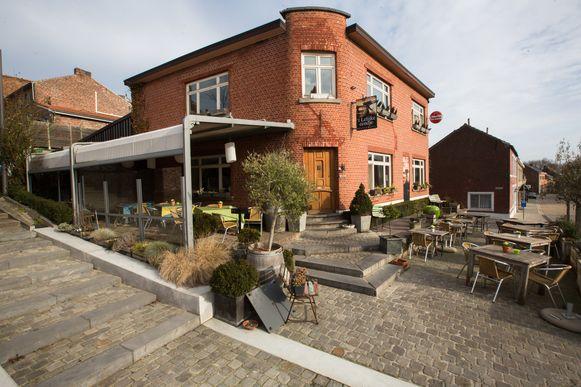 Restaurant 'Het Lelijke Eendje'. Na zijn shift achter het fornuis, kan je de chef van het restaurant ook terugvinden achter de draaitafels in café Bij Voetje.