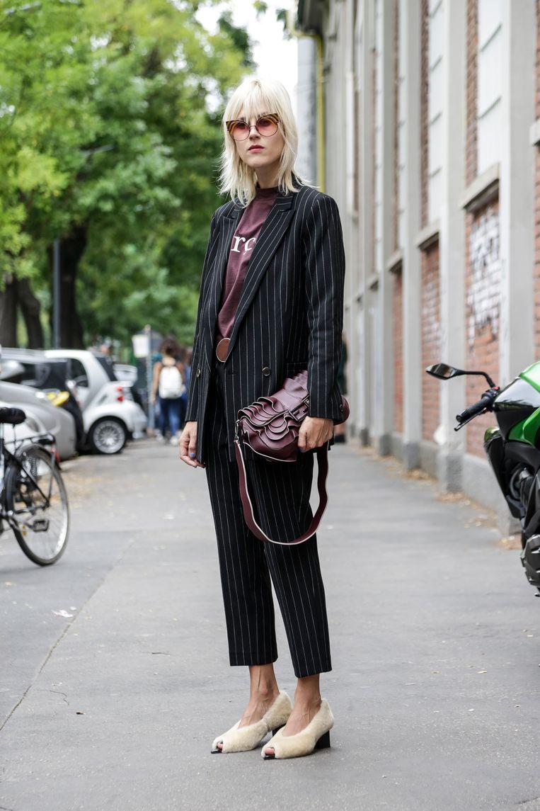 En zo gaat Tol, in een pak van Ganni, T-shirt van The Frankie Store en schoenen van by Malene Birger, naar de Fendi-show in Milaan. Met haar Fendi-tas. Beeld