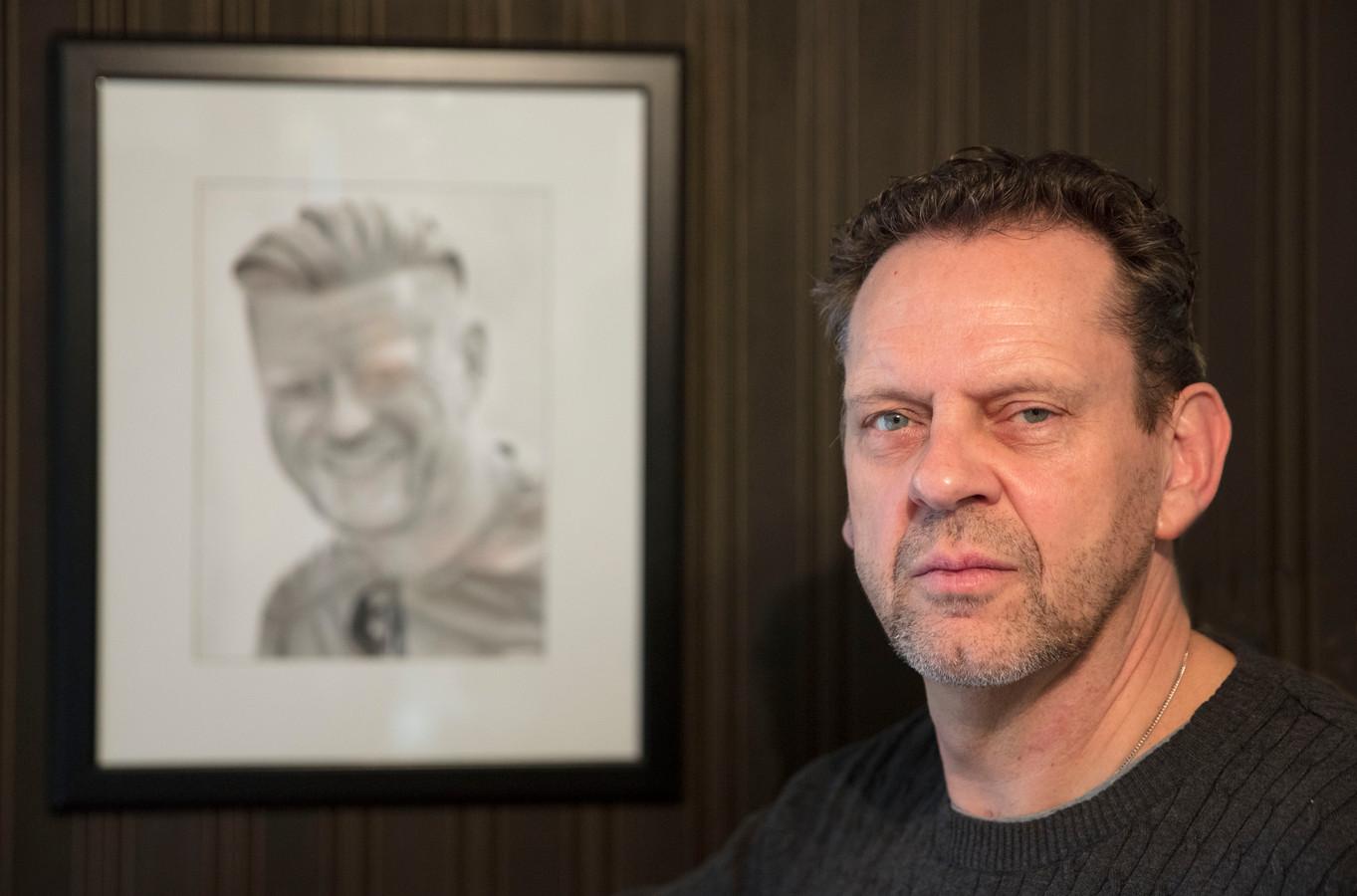 Crétien Jacobs bij een portret van Luc, getekend door een van zijn andere zonen