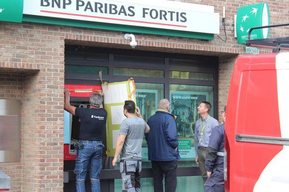 Het gat dat door de weggeblazen bankautomaat in de gevel werd geblazen, werd woensdag voorlopig dichtgemaakt.