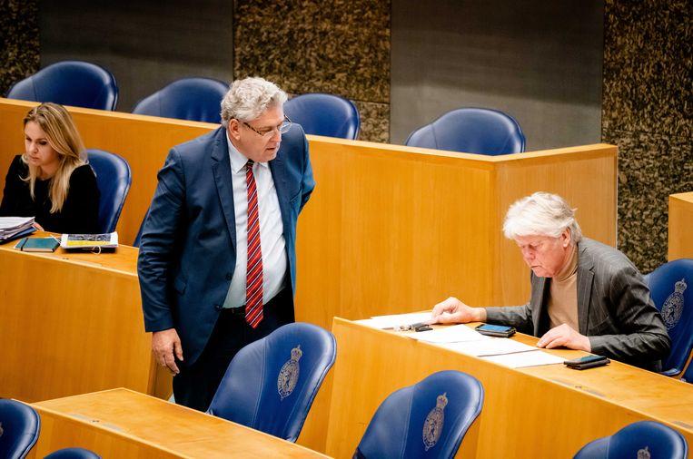 Henk Krol (50Plus) en Gerrit Jan van Otterloo (rechts) tijdens een debat in de Tweede Kamer. Beeld ANP