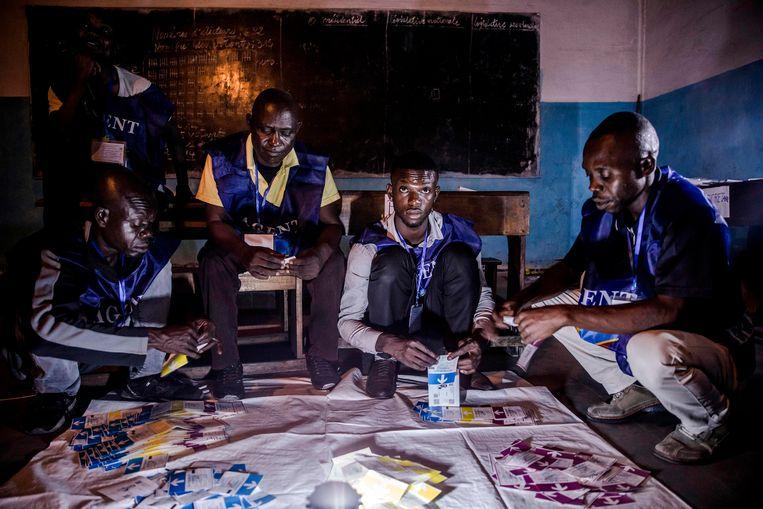 Stemmen worden geteld in een school in Kinshasa. Beeld AFP