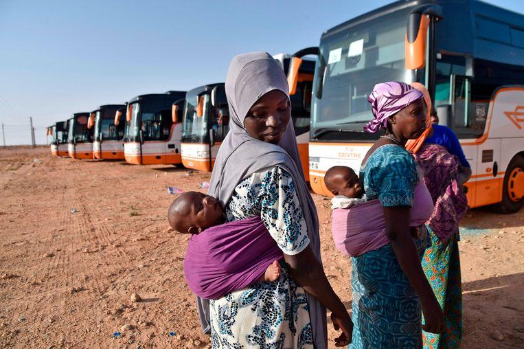 Deze Nigeriaanse migranten zijn illegaal in Algerije en wachten bij de bus die hen gaat terugbrengen naar Nigeria. Beeld AFP