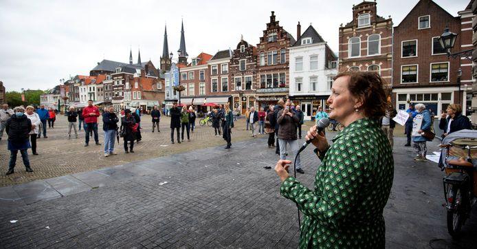 Wethouder Martina Huismans spreekt de demonstranten op het Marktplein toe.