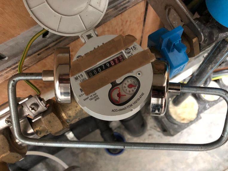 Klem je twee magneten op een lopende watermeter, dan stopt die met draaien.