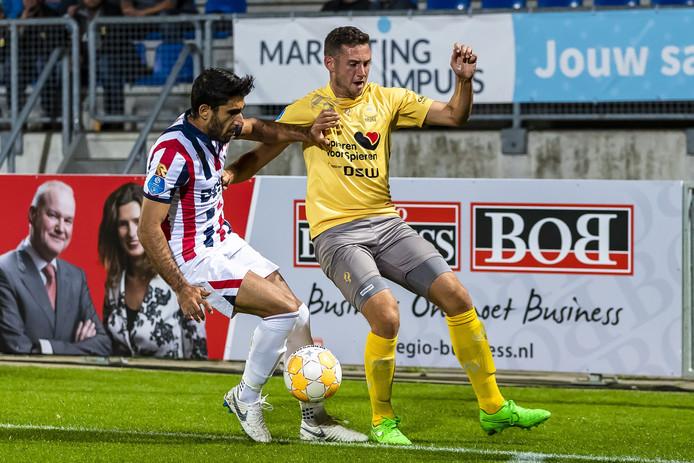 Aras Özbiliz (links) strijdt om de bal met Luigi Bruins van Excelsior.