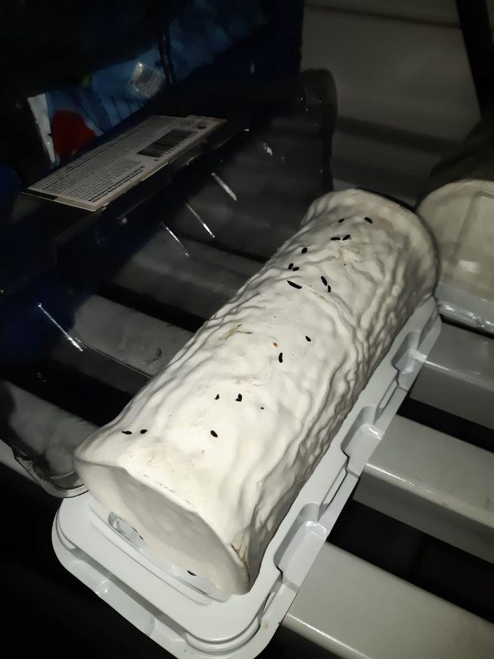 Inspecteurs troffen honderden muizenkeutels aan. Ook waren de kazen aangevreten.
