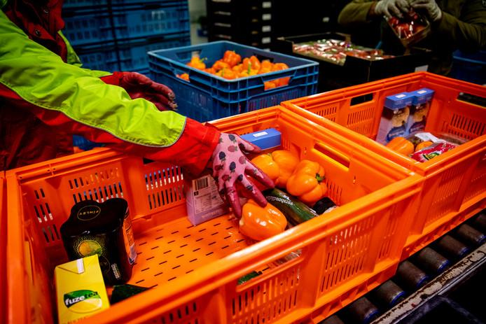 De verdeling van pakketten in de voedselbank.