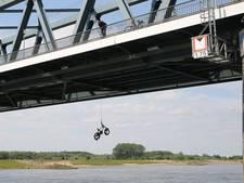 'Fietsvisser' op spoorbrug haalt parel  uit IJssel maar verliest zijn mobieltje