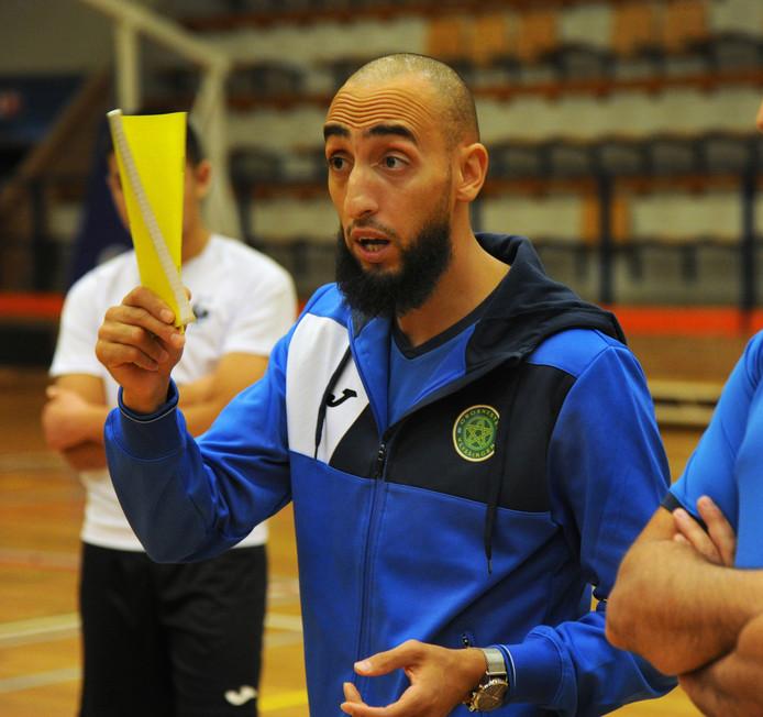 Youssef el Badey geeft tijdens een training in Vlissingen uitleg aan zijn spelers. ,,De Spaanse competitie is echt om te leren, de eredivisie gebruik ik vooral om te analyseren.