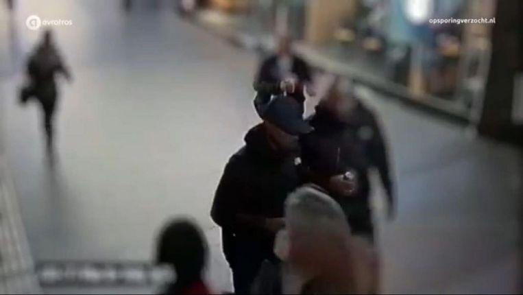 Lomp (links) en Dani M. op camerabeelden van het Centraal Station, in de nacht van de liquidatie. Beeld Opsporing Verzocht