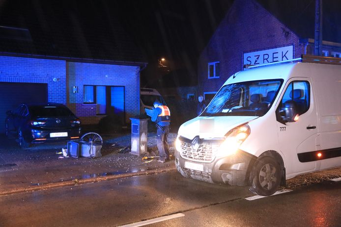 De fietser werd zwaar geraakt door een bestelwagen in de Zwaanaardestraat. Hij belandde tegen een betonnen brievenbus.