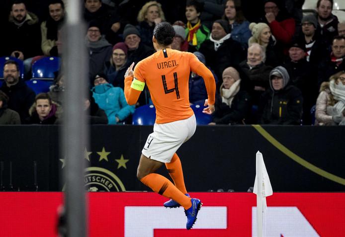 Virgil van Dijk rent juichend weg nadat hij Nederland op gelijke hoogte heeft gebracht.