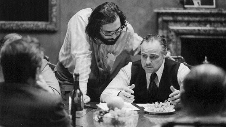 Regisseur Francis Ford Coppola geeft Marlon Brando, die de rol van The Godfather Vito Corleone speelde, aanwijzingen tijdens de opnames van de filmklassieker. Beeld Regan/Paramount Pictures