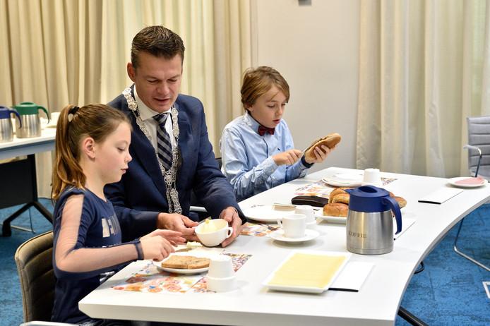 Kinderen van de Dick Brunaschool ontbijten met de burgemeester.