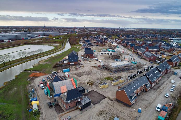 Nieuwbouwwijk Het Meer met links de Trekvaart, en ijsbaan. © Freddy Schinke