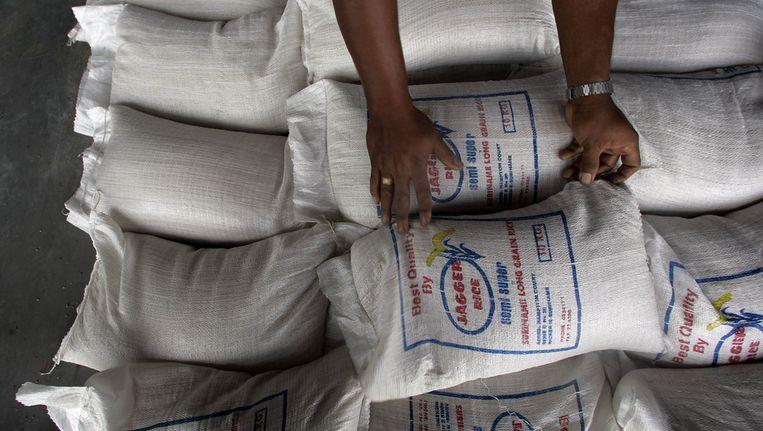 Hulpgoederen worden in Suriname uitgedeeld na watersnood door overstromingen in 2006. Beeld ANP
