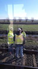 Personeel van RroRail langs het spoor