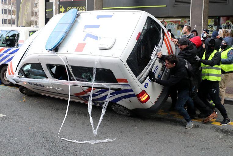 Een grimmige betoging van gele hesjes in Brussel eindigde vorige vrijdag met tientallen aanhoudingen. Twee politievoertuigen gingen in vlammen op, zie onder.