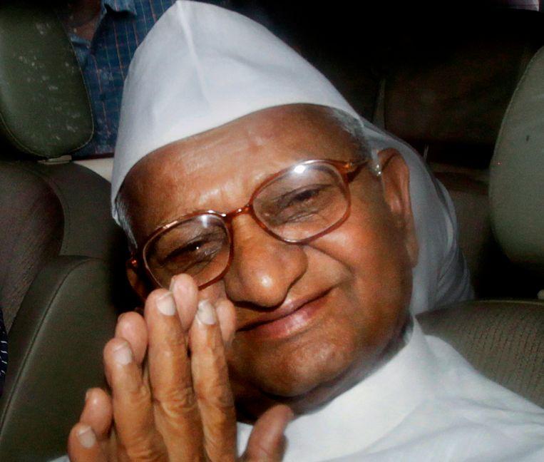 Hazare werd vanmorgen afgevoerd in een politiebusje. Beeld AP