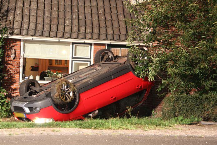De onfortuinlijke jongeman uit Vroomshoop 'parkeerde' de achterkant van de auto tegen tegen de muur van het woonhuis aan de Hammerweg.