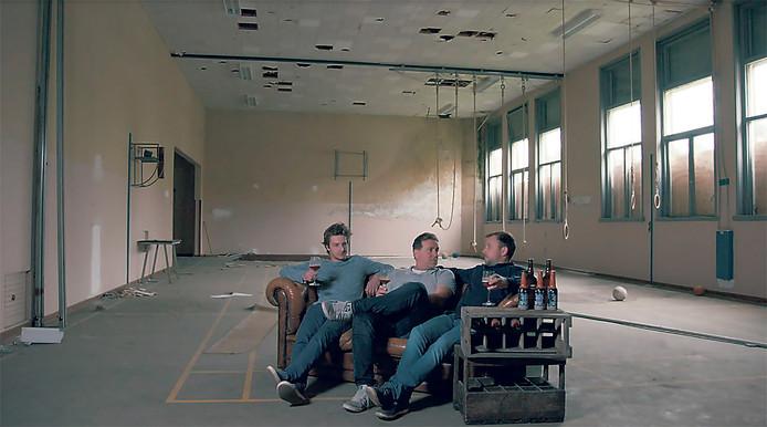 Thibo Baccarne, Marc Menue en Stijn Jordans (vlnr) in de oude, vervallen gymzaal. De benedenverdieping krijgt een biologische winkel en restaurant, en een bierbrouwerij. Erboven komt een proeflokaal.