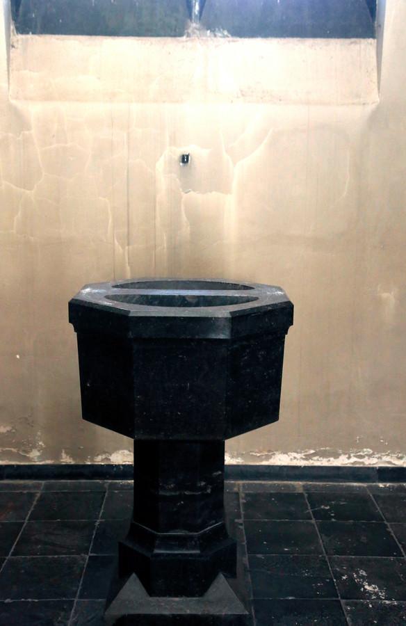 Zo werd de doopvont achtergelaten, zonder koperen deksel.