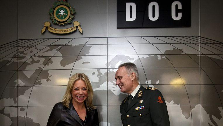 Minister Jeanine Hennis-Plasschaert ontmoet Commandant der Strijdkrachten Tom Middendorp Beeld ANP