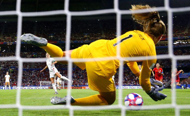 Alyssa Naeher stopt de strafschop van Engeland. Beeld Getty Images / Richard Heathcote
