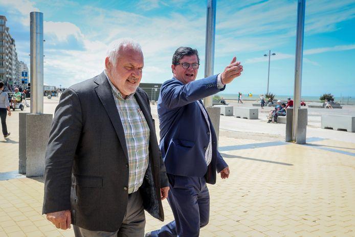 Jean-Marie Dedecker (links) en Bart Tommelein, hier op archiefbeeld, vinden een oplossing voor de inwoners van Middelkerke: zij kunnen in Oostende een vaccin krijgen.