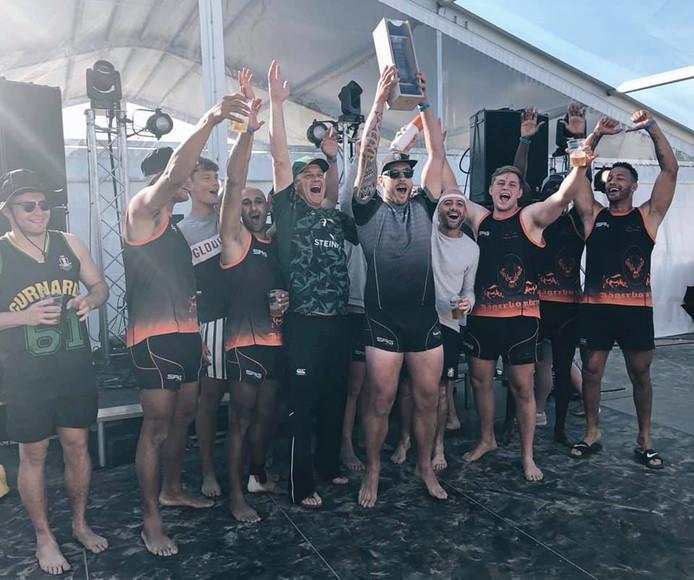 De rugbyers van Oemoemenoe vieren de landstitel in het beachrugby.