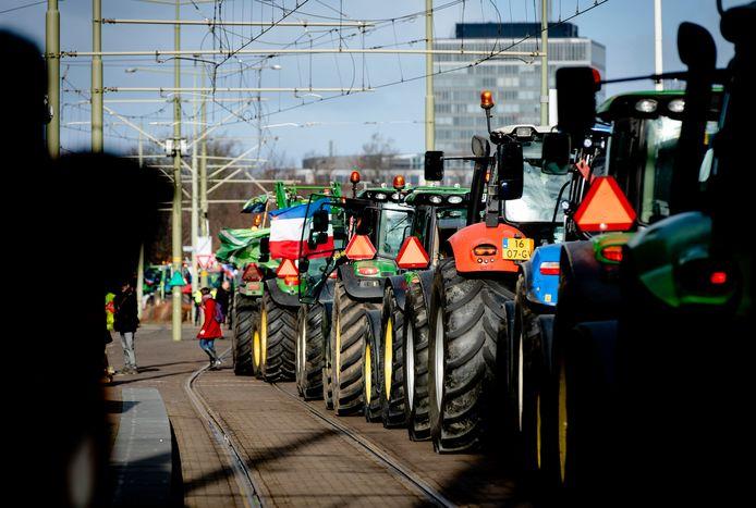 Tractoren op de trambaan in de buurt van Den Haag Centraal Station.