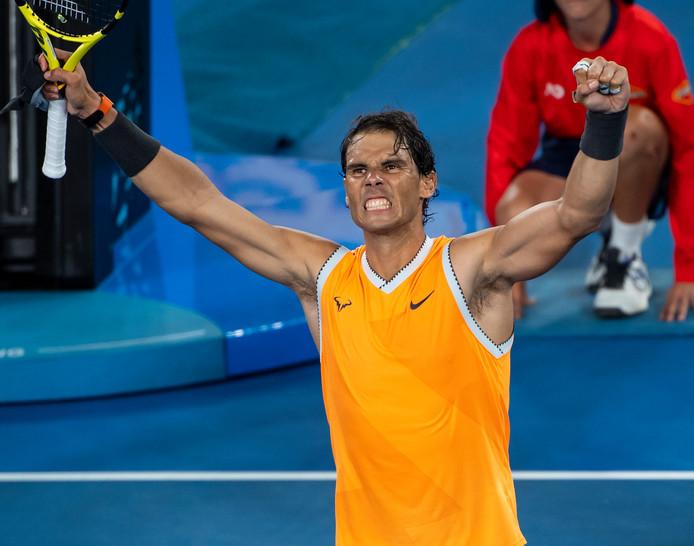 Rafael Nadal viert zijn overwinning op Frances Tiafoe.