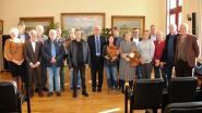 Gemeentebestuur zet gepensioneerde medewerkers in de bloemetjes