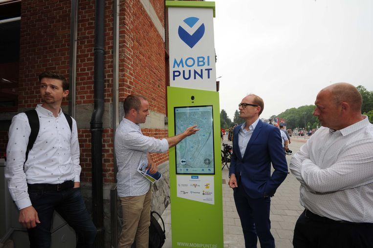 Voorstelling van het nieuwe Mobipunt met interactieve digitale infozuil aan het station van Vilvoorde.