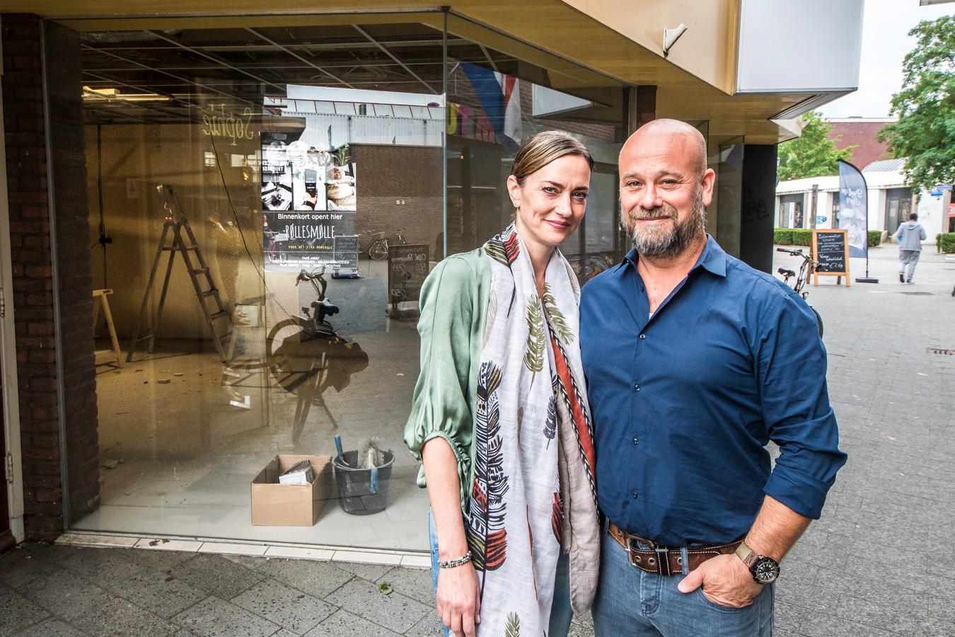 Raoul Ferenschild en Lihilde Verboom voor de winkelruimte waar straks hun nieuwe zaak gevestigd zal zijn.