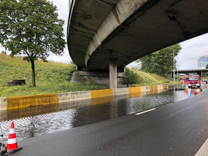 Door wateroverlast is één rijstrook en de pechstrook richting Gent afgesloten op de aansluiting van de E313 met de Antwerpse Ring.