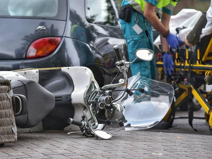 Vrouw gewond aan haar been na ongeluk op snorscooter in Breda
