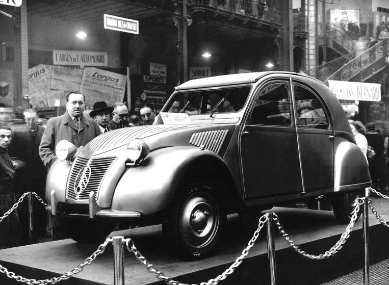 De eerste eend bij de presentatie in Parijs in 1948.   Beeld ANP