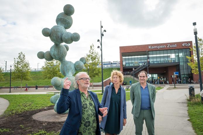 Het kunstwerk 'De Onmisbare' werd woensdag onthuld, rechts staat kunstenaar Joep van Lieshout.