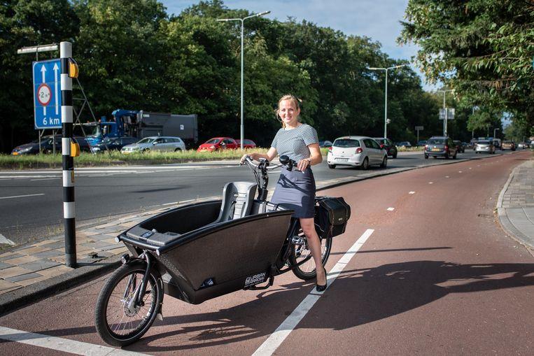 Marja de Jonge met haar bakfiets op de fietssnelweg in Wassenaar. Beeld Simon Lenskens