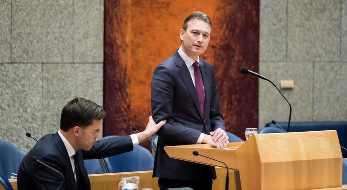 Halbe Zijlstra omhelst Mark Rutte na het afleggen van zijn verklaring
