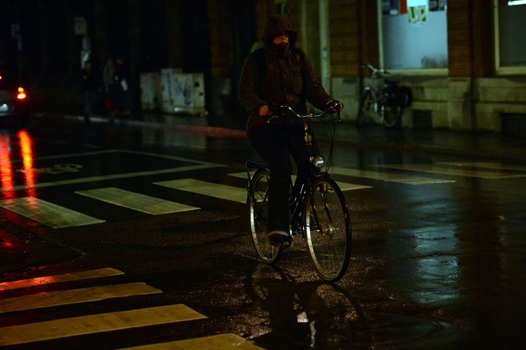 Politiecontrole op fietsverlichting in Leuven.