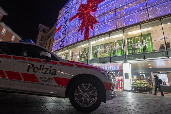 Politie voor het warenhuis Manor in Lugano, de grootste stad in het Italiaanstalige Zwitserse kanton Ticino.