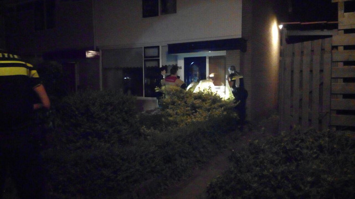 De brandweer probeert het huis binnen te komen