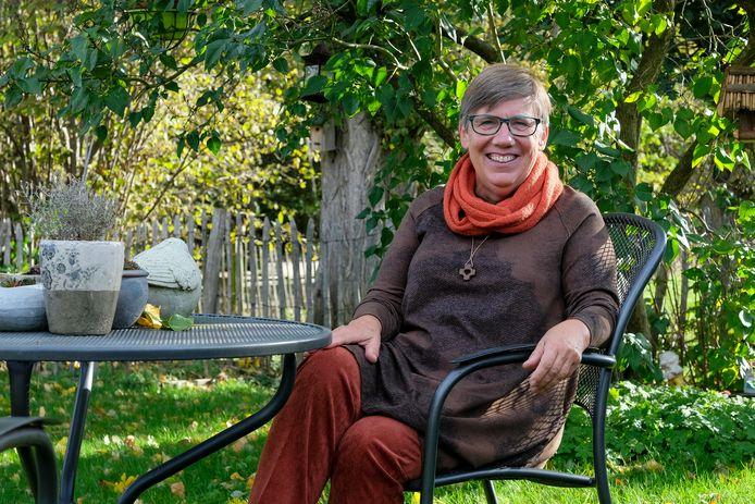 Pastor Marleen bij haar thuis in Meise.