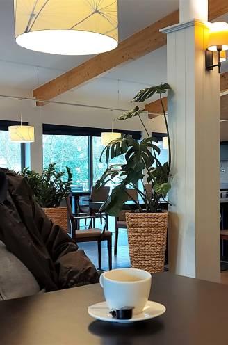 """Rusthuis Hemelrijck waar 34 bewoners stierven na sinterklaasfeest laat weer bezoek toe en sluit donkere periode af: """"Ik heb veel lijkwagens zien passeren. Dat maakt indruk op een mens"""""""