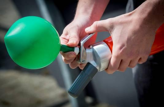 Een ballon met lachgas. Het in- en uitademen ervan zorgt voor een roes van een paar minuten.