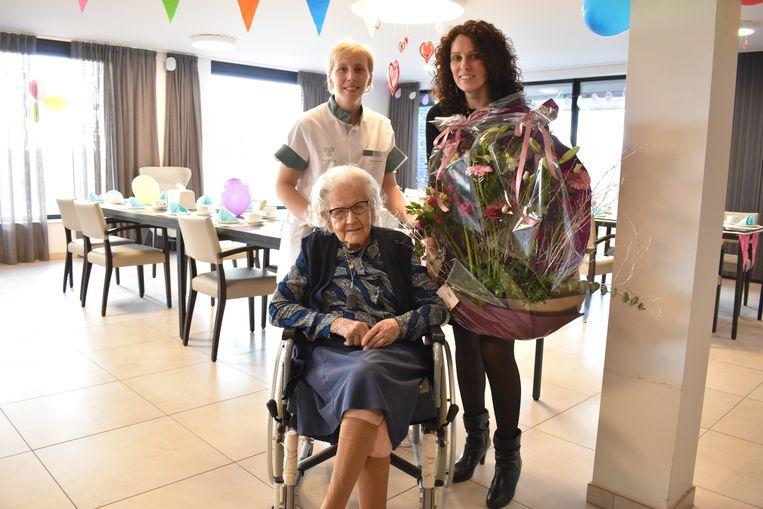 Madeleine werd in de bloemetjes gezet door de directrice en het hoofd van de afdeling.